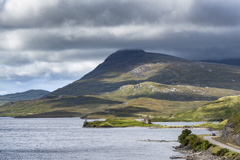 United Kingdom, Scotland, Scottish Highland, Sutherland, Ardvreck Castle, Loch Assynt, Spidean Coinich mountain in the background - ELF01952