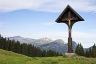 Germany, Bavaria, Allgaeu, Allgaeu Alps, Soellereck, wayside cross mit Gottesacker and Hoher Ifen in the background - WIF03677