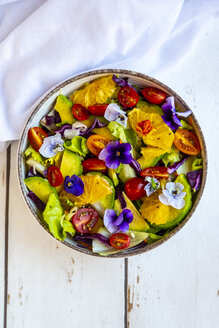 Bowl of mixed salad with avocado, tomatoes and edible flowers - SARF03983