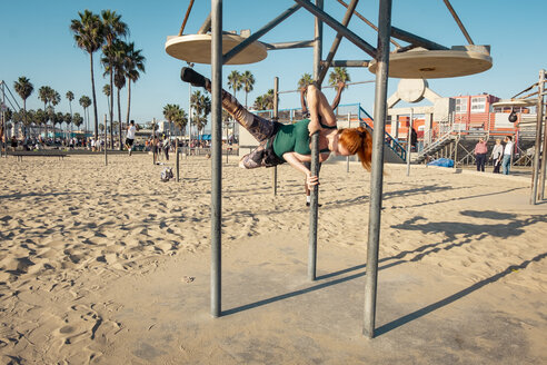 USA, California, Los Angeles, Venice, Musle Beach, sporty woman on pole, poledance - SEEF00052