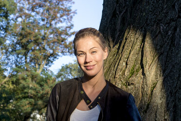 Portrait of smiling woman in nature - LMJF00026
