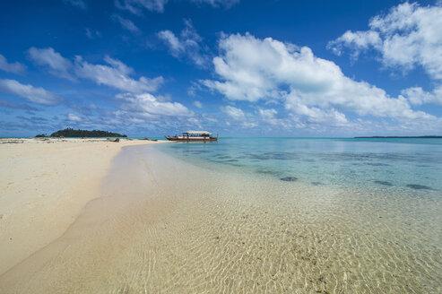 Cook Islands, Rarotonga, Aitutaki lagoon, traditional boat at the beach - RUNF00281