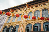 Singapore, colorful old houses in Chinatown with red and orange Chinese lanterns - GEMF02629