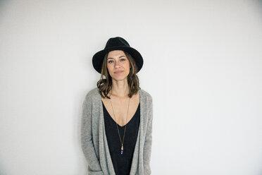 Portrait of a bueaitiful woman, wearing a hat - MOEF01757