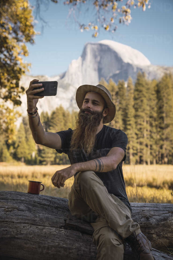 USA, California, bearded man taking a selfie in Yosemite National Park - KKAF03058 - Kike Arnaiz/Westend61
