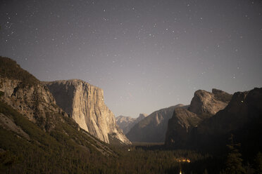 USA, California, Yosemite National Park, Tunnel View at night - KKAF03070