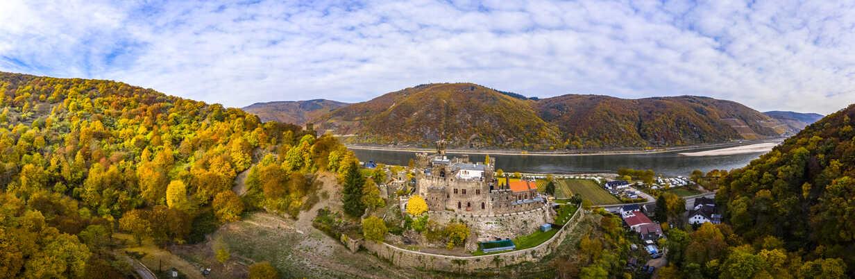 Germany, Rhineland-Palatinate, Trechtingshausen, View of Reichenstein Castle in autumn - AM06356 - Martin Moxter/Westend61