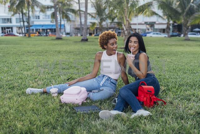 Two happy female friends relaxing in a park - BOYF01188 - Boy/Westend61