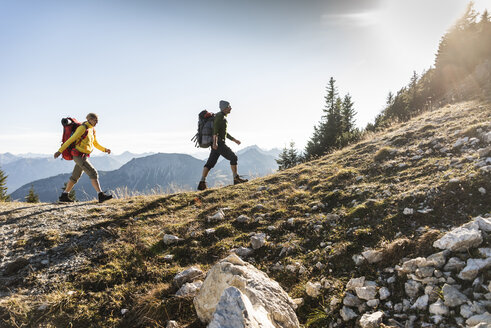 Couple hiking in the Austrian mountains - UUF15987