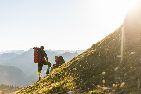 Couple hiking in the Austrian mountains - UUF15990