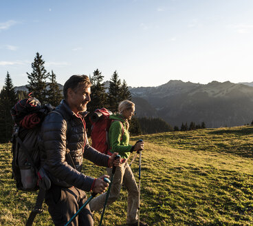 Couple hiking in the Austrian mountains - UUF16026