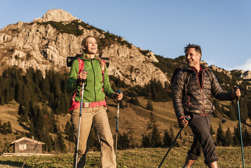 Couple hiking in the Austrian mountains - UUF16029