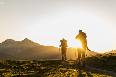 Couple hiking in the Austrian mountains - UUF16032