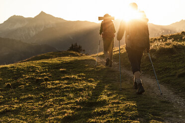 Couple hiking in the Austrian mountains - UUF16035