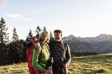 Couple hiking in the Austrian mountains - UUF16038