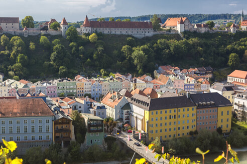 Germany, Bavaria, Burghausen, Old town with Burghausen Castle - JUNF01535