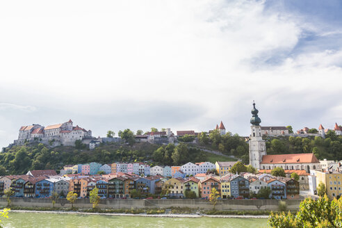 Germany, Bavaria, Burghausen, Old town with Burghausen Castle, Salzach river - JUNF01538
