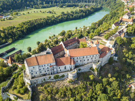 Germany, Bavaria, Burghausen, city view of old town and castle, Salzach river - JUNF01542