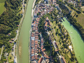 Germany, Bavaria, Burghausen, city view of old town and castle, Salzach river - JUNF01545