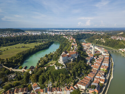 Germany, Bavaria, Burghausen, city view of old town and castle, Salzach river - JUNF01548
