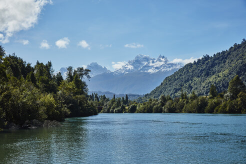 Chile, Chaiten, Lago Rosselot, river with view towards mountains and glacier - SSCF00221