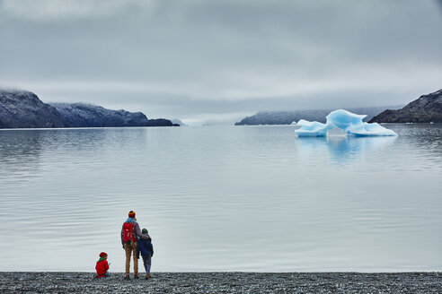Chile, Torres del Paine National park, Lago Grey, woman with two sons standing at the shore looking at iceberg - SSCF00275