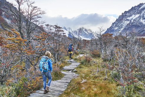 Argentina, Patagonia, El Chalten, mother and son hiking at Cerro Torre in Los Glaciares National park - SSCF00308