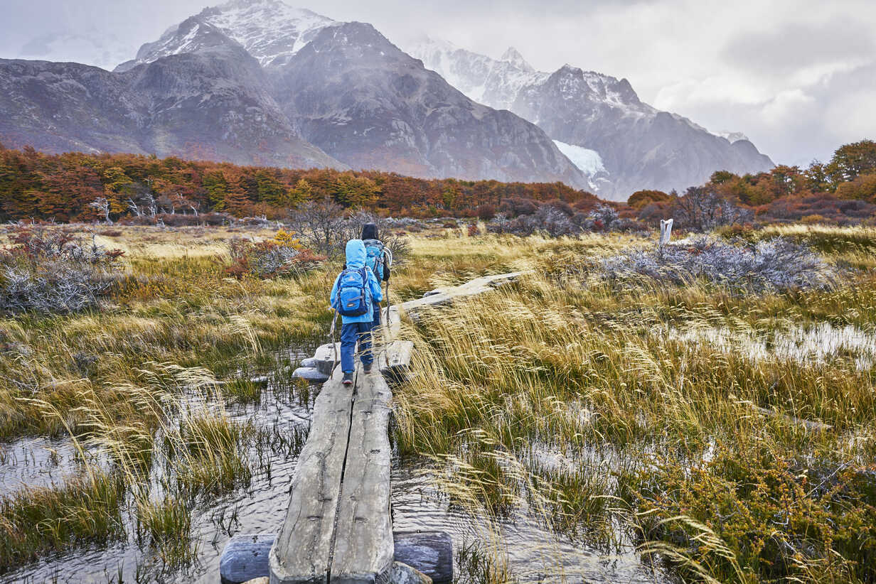 Argentina, Patagonia, El Chalten, two boys hiking towards Fitz Roy in Los Glaciares National park - SSCF00314 - Stefan Schütz/Westend61