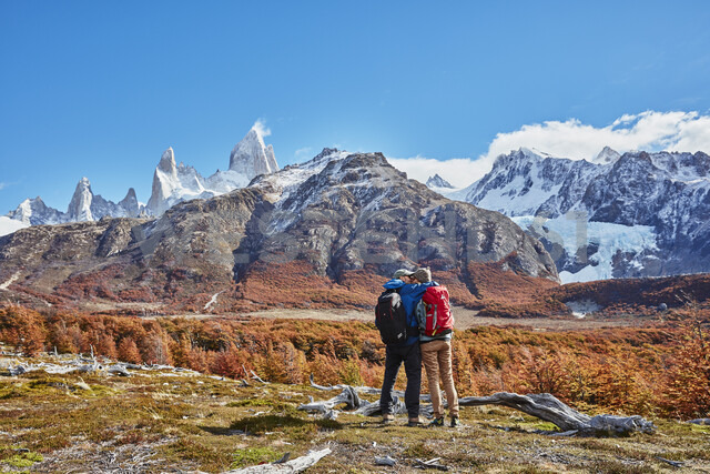 Argentina, Patagonia, El Chalten, couple on a hiking trip kissing at Fitz Roy massif - SSCF00320 - Stefan Schütz/Westend61