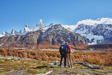 Argentina, Patagonia, El Chalten, couple on a hiking trip kissing at Fitz Roy massif - SSCF00320