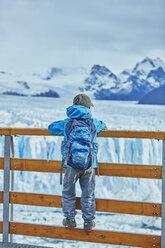 Argentina, Patagonia, Perito Moreno glacier, boy looking at glacier - SSCF00326