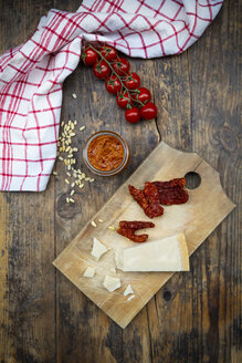 Ingredients of tomato pesto - LVF07584
