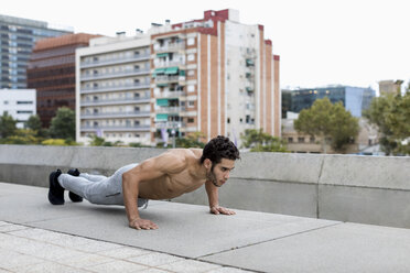 Young man during workout, pushup - MAUF01887