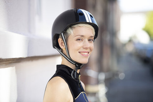 Woman with cycling helmet - FLLF00054