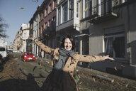 Brüssel, Belgium. Eine lachende Frau wirft gelbe Blätter in der Luft - KMKF00677