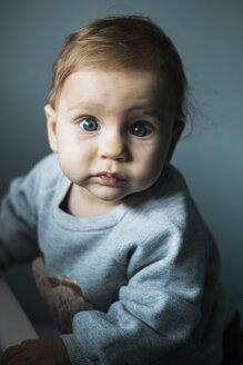 Portrait of starring baby girl - MOMF00561