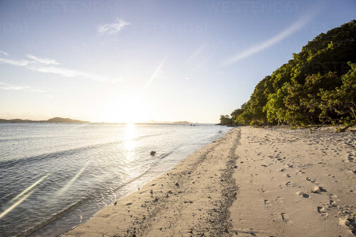 Philippines, Palawan, Linapacan, empty beach at sunset - DAWF00774 - Daniel Waschnig Photography/Westend61