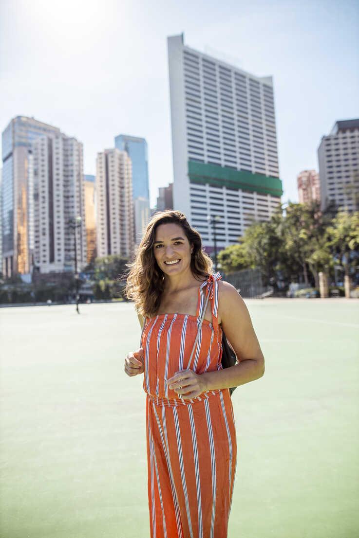 Hong Kong, Causeway Bay, Victoria Park, portrait of smiling woman on a sports field - DAWF00777 - Daniel Waschnig Photography/Westend61