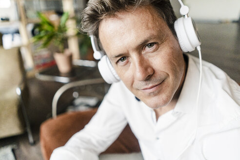 Porrtrait of confident mature man wearing headphones - GIOF05093