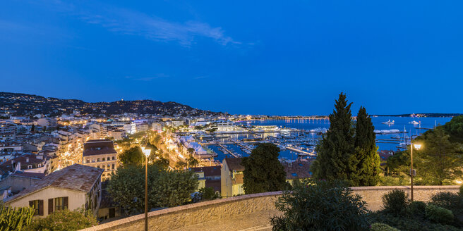 France, Provence-Alpes-Cote d'Azur, Cannes, View from Old Town to Marina in the evening - WDF04924
