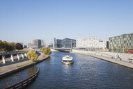 Germany, Berlin, disctrict Mitte, Central Station and modern architecture at Kapelle-Ufer of Spree river near Regierungsviertel, view from Crown Prince Bridge - GWF05700