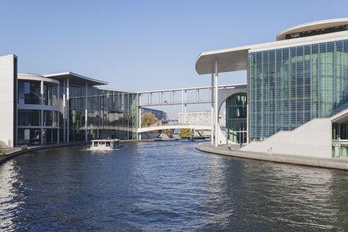 Germany, Berlin, Regierungsviertel, 'Band des Bundes', Bridge between east and west, Paul-Loebe-Building and Marie-Elisabeth-Lueders-Building at Spree river - GWF05706
