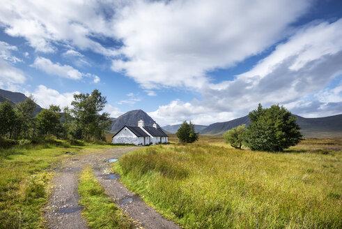 United Kingdom, Scotland, Highland, Buachaille Etive Mor, Glencoe, Black Rock Cottage, farmhouse, Buachaille Etive Mor in the background - ELF01995