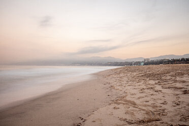 USA, California, Santa Monica, beach and sea at twilight - DAWF00877
