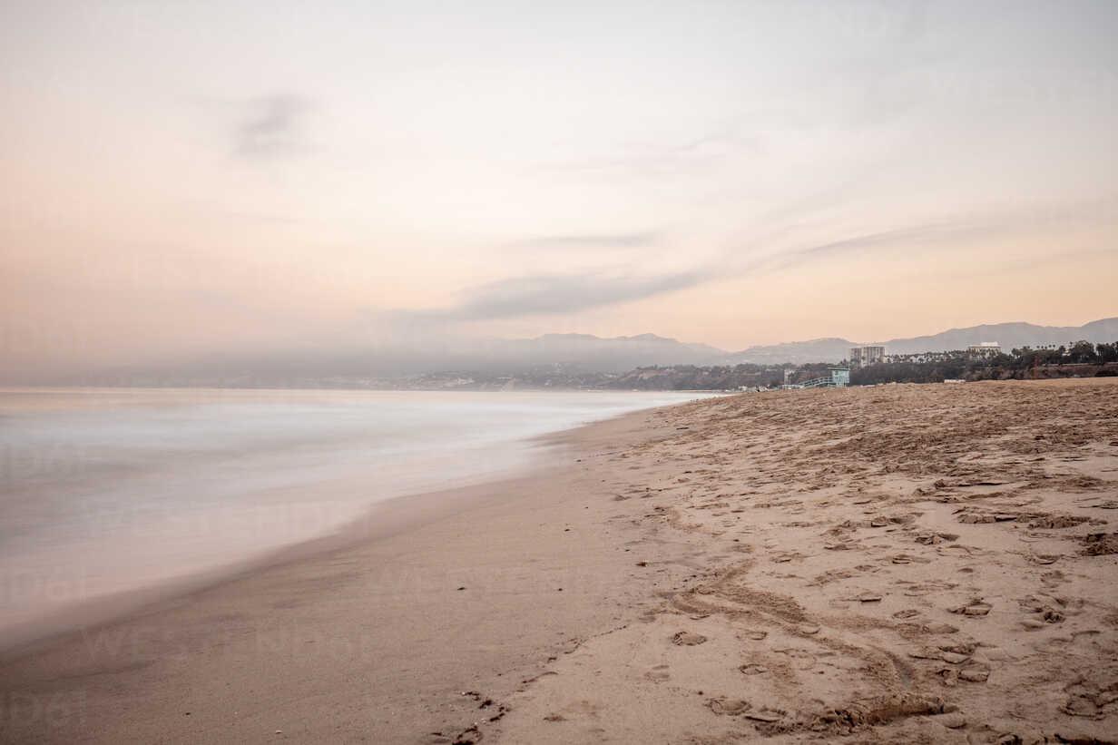 USA, California, Santa Monica, beach and sea at twilight - DAWF00877 - Daniel Waschnig Photography/Westend61
