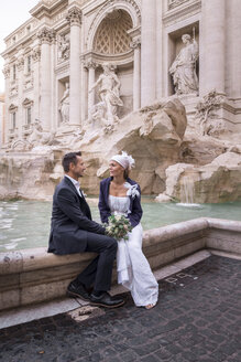 Italy, Rome, wedding couple at Fontana di Trevi - HAMF00547