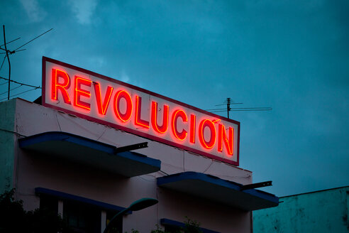 Revolution red neon sign in Cuba - INGF11182
