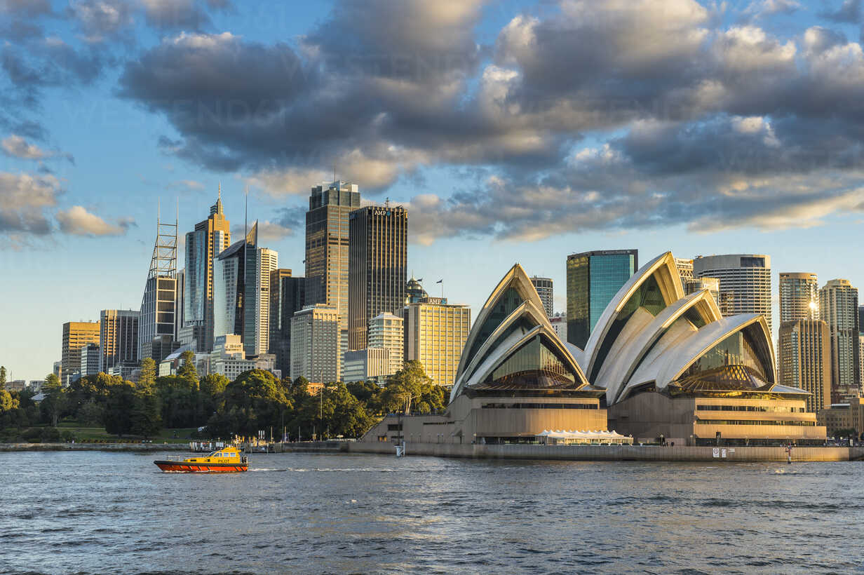 Australia, New South Wales, Sydney, Business district and Sydney Opera House in the evening light - RUN00526 - Michael Runkel/Westend61