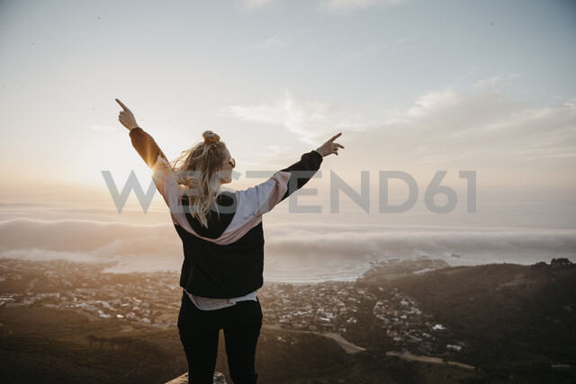 South Africa, Cape Town, Kloof Nek, happy woman enjoying the view at sunset - LHPF00300 - letizia haessig photography/Westend61