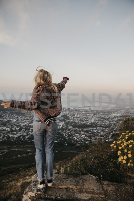 South Africa, Cape Town, Kloof Nek, happy woman enjoying the view at sunset - LHPF00303 - letizia haessig photography/Westend61